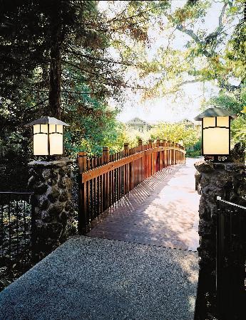 Creekside Inn: Footbridge