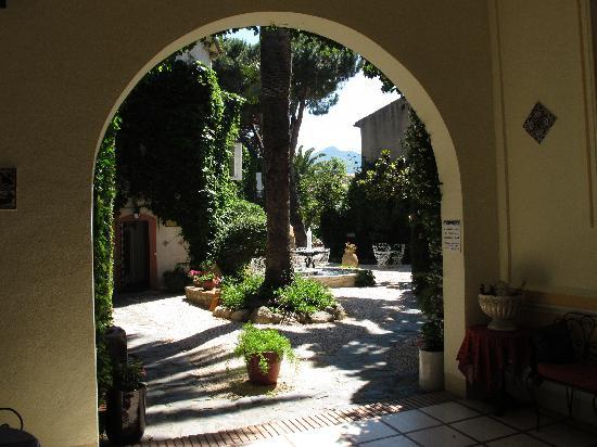 Casa Pairal: Entrance to courtyard