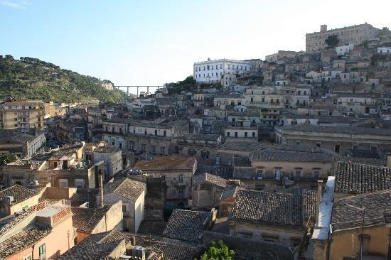 Modica, Italy: Panorama da uno dei balconi della casa