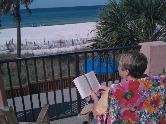 Driftwood Lodge: Morning reading with a view