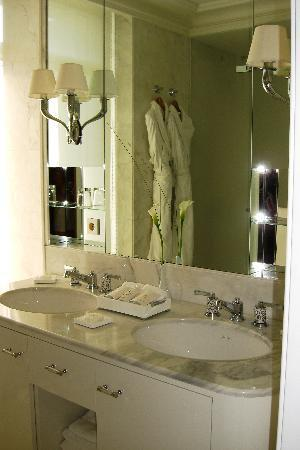Grand-Hotel du Cap-Ferrat: Our bathroom