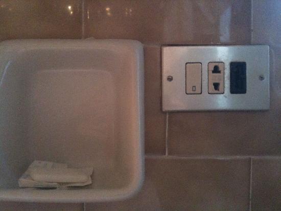 Hotel dei Fiori: Presa del bagno fuori norma, adattata a presa bipolare