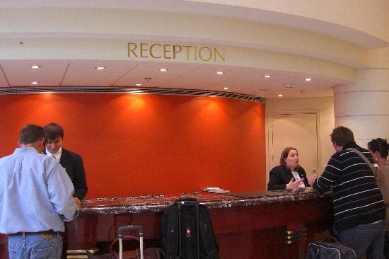 Paris Marriott Rive Gauche Hotel & Conference Center : Reception Desk