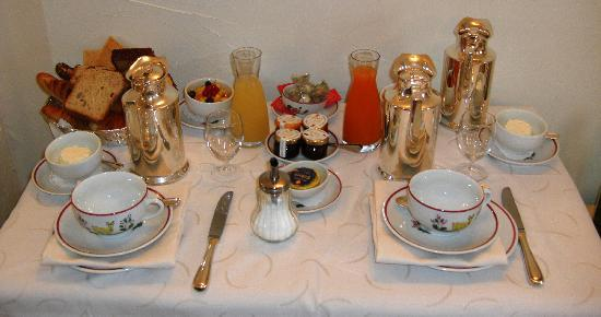 Chateau de la Chevre d'Or: Breakfast served in our room