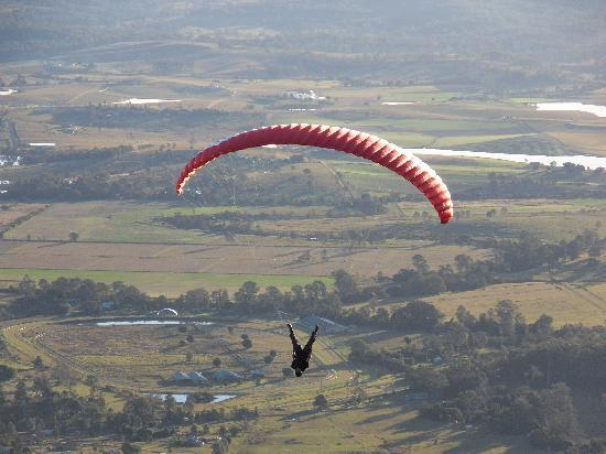 Tamborine Mountain, Australien: Paraglider jumps and entertains the crowd who are watching from the slopes of Mt Tabmorine