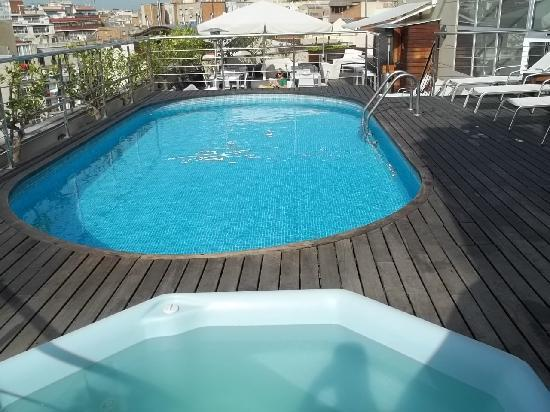 Hotel America Barcelona : Spa à côté de la piscine