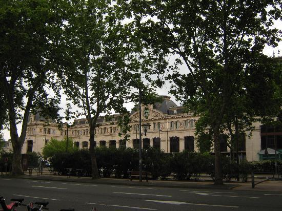 Hôtel Icare: gare devant hotel