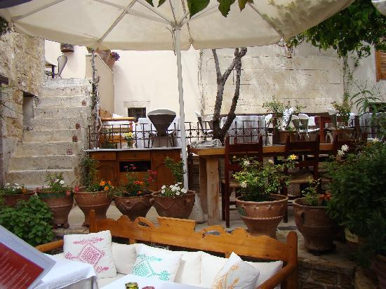 Avli Lounge Apartments: The restaurant