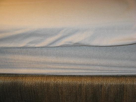 Baymont Inn & Suites Dale : Fitted sheet doesn't fit on mattress