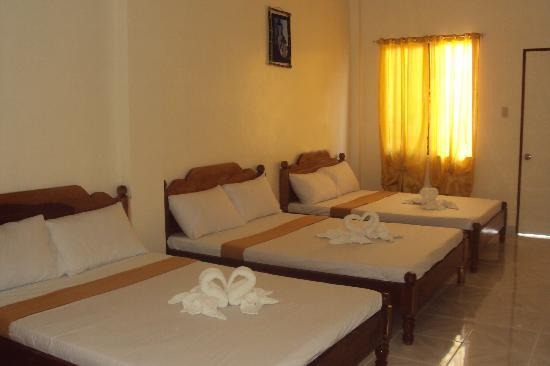 Centro Coron Bed and Breakfast: Try our spacious air conditioned triple bed rooms