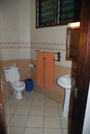 Kahama Hotel: Bathroom
