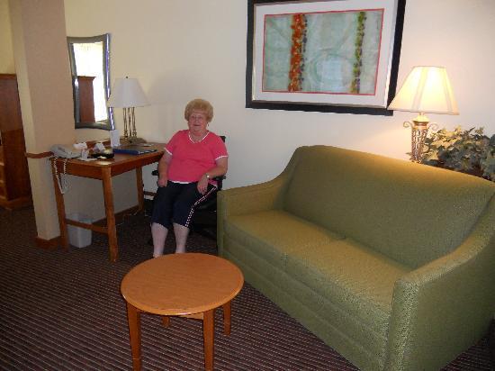 Fairfield Inn & Suites Cherokee: Separate sitting area