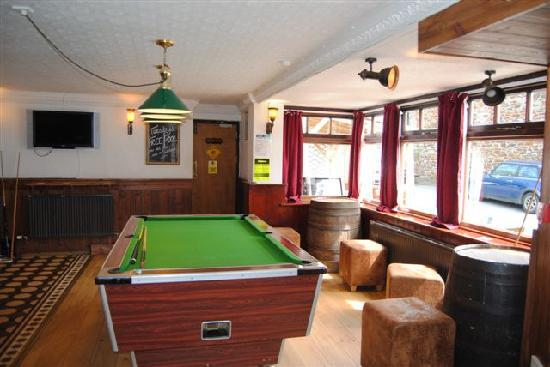 Peterville Inn: Pool Table in the Bar