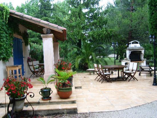 L'Oustau de Mistrau: Il barbecue in giardino...