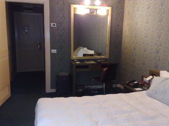 Hotel Borromini : Parete con specchio