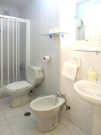 Hostal Altamar: cuarto de baños