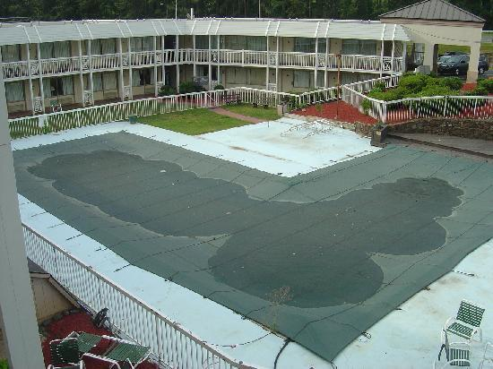 """Days Inn Charlottesville/University Area: Pool closed, no signs of """"renovation"""""""