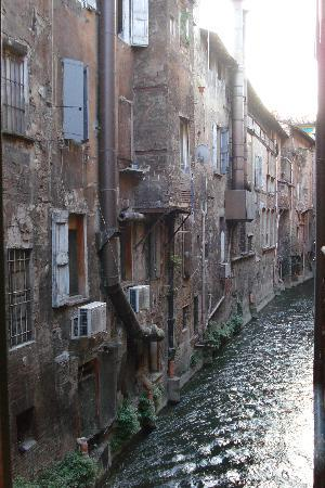 Il Canale Hotel: View of the canal from our bedroom window