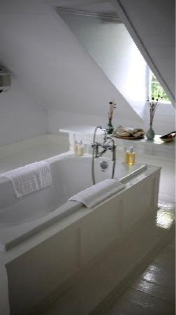 ذا لاندينج: Attic Bathroom