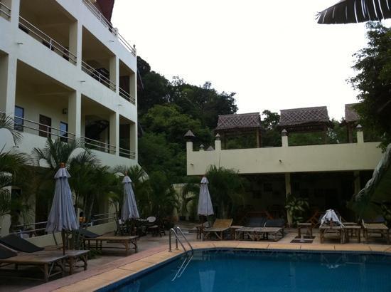 Sabai Mansion: chambre et le resto a droite