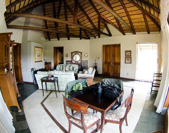 andBeyond Ngala Safari Lodge: Safari Suite Living room