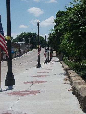 El Dorado Springs, MO: Main Street in front of Park