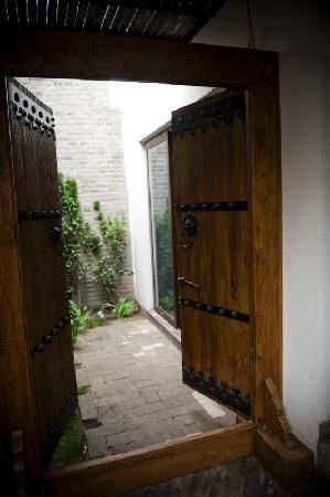 ดิ ออร์คิด โฮเต็ล: Private entrance into one of the three Gardens rooms.