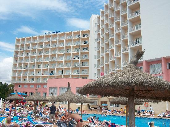 Hotel Globales America: pool and hotel from beach side