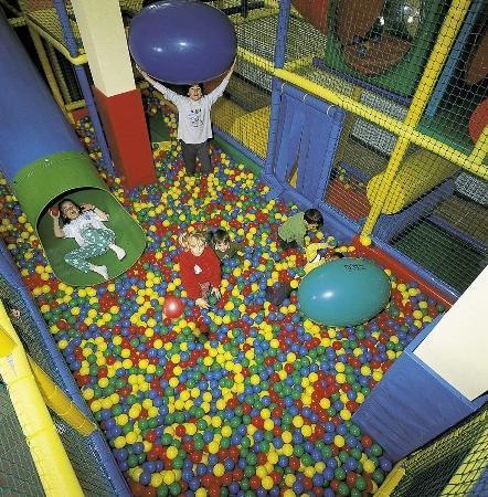 Piscina de bolas zona infantil fotograf a de gnomo park for Bolas piscinas infantiles
