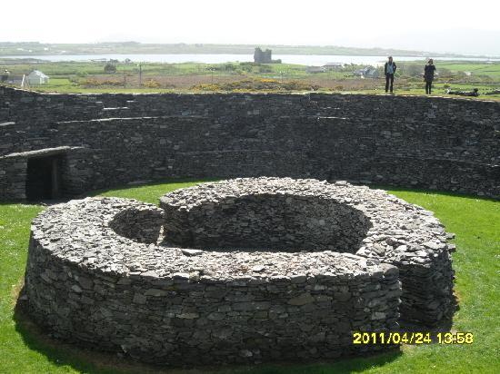 Cahergall Fort: With the castle in the background