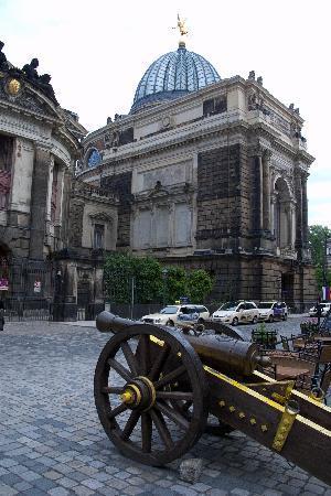 """Pulverturm an der Frauenkirche: Diese Kanone markiert den Eingang zum """"Pulverturm"""""""
