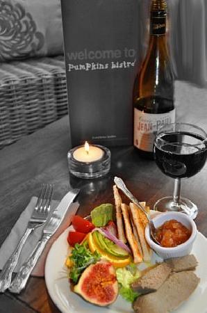 Pumpkins Bistro: Pate and wine
