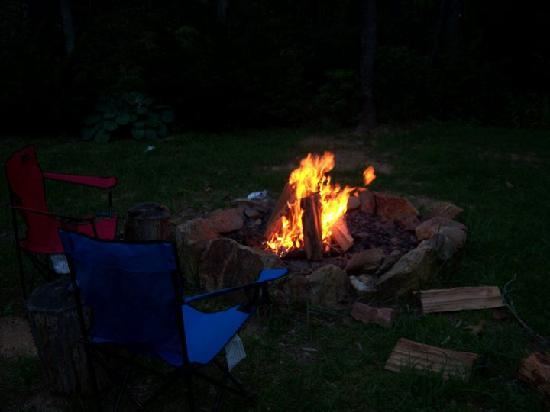 Cottages at Chesley Creek Farm: Backyard Fire Pit