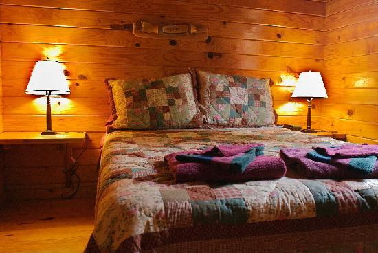 White Buffalo Resort: A Bedroom in a Deluxe Cabin