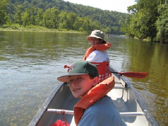 White Buffalo Resort: Canoeing on the White River