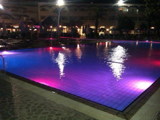 La piscine principale le soir picture of sun palace for Piscine paris ouverte le soir