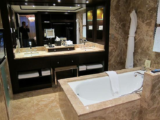 Hyatt Regency Kiev: bathroom