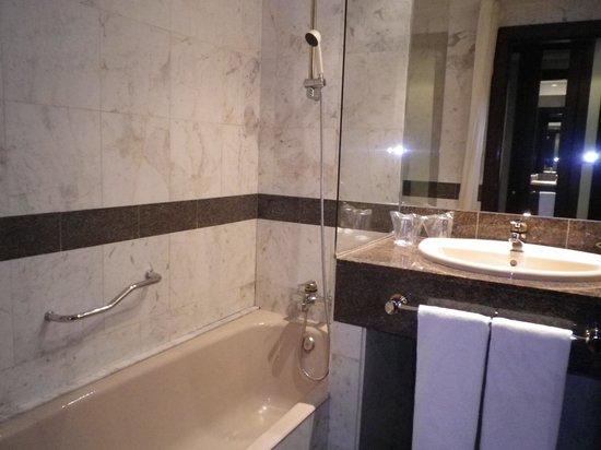 Zenit Diplomatic Hotel : cuarto de baño