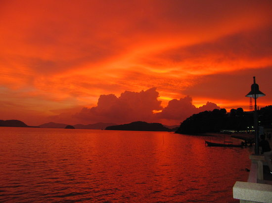 Cape Panwa, Tayland: Sunset outside the Hotel