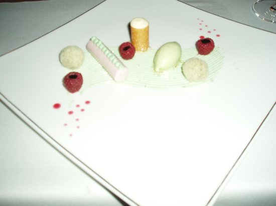 Restaurant Moritz: Dessert: Himbeermousse mit Fichtennadeleis und Eierlikörspuma