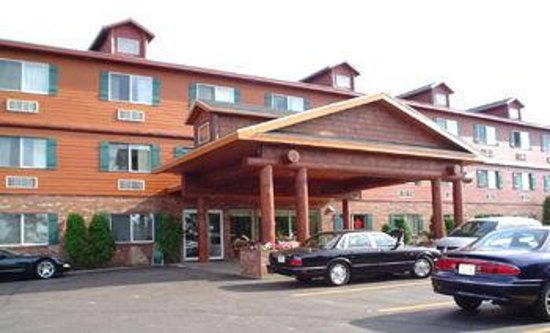 Best Western Plus Concord Inn: Across the street from the beaches of Lake Minocqua