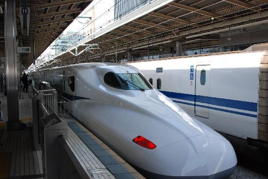 Japonya: Shinkansen Hikari express train about to depart Tokyo for Mishima and points west.
