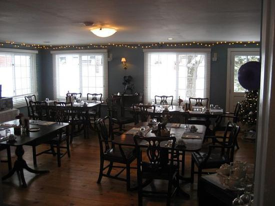 Garden Gables Inn: The Dining Area