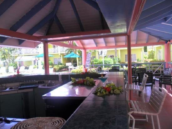Bay Gardens Hotel: bar and dining area