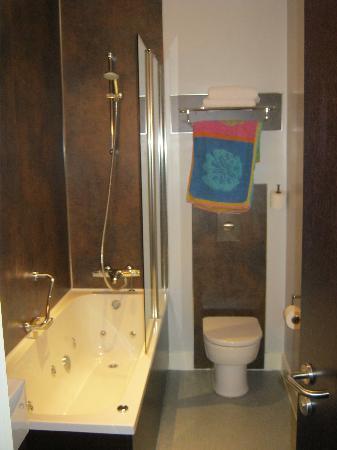 Abbey Lodge Hotel: Bathroom