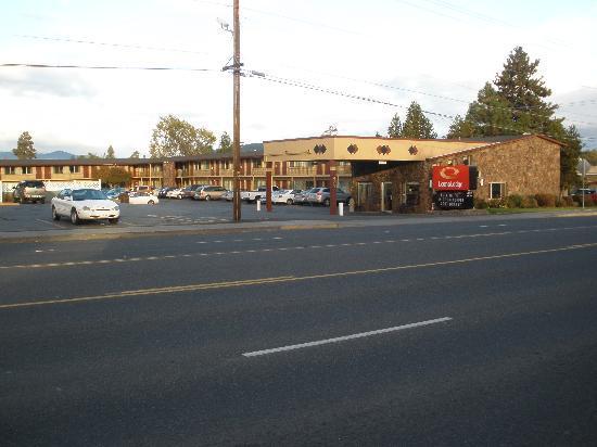 Econo Lodge Bend : Motel Entrance