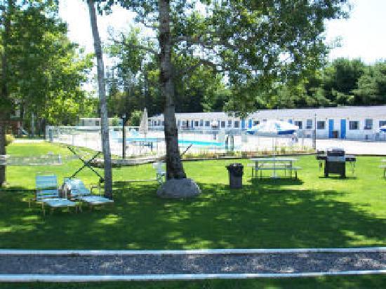 Belle Isle Motel: Picnic area