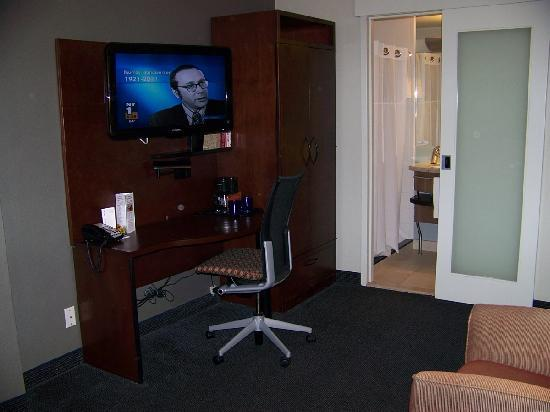 Club Quarters Hotel, Midtown: Work desk and TV