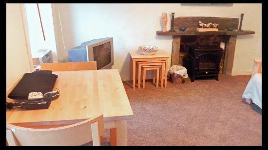Oystercatcher Bed & Breakfast : Desk, TV etc.