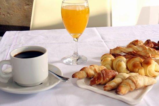 Nueva Palmira, Uruguay: Delicias que lo están espernado. Dulces caseros  de estación y bizcochos calentitos.